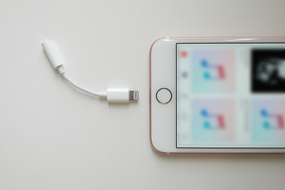 Apple won`t bundle headphone dongle with 2018 iPhone