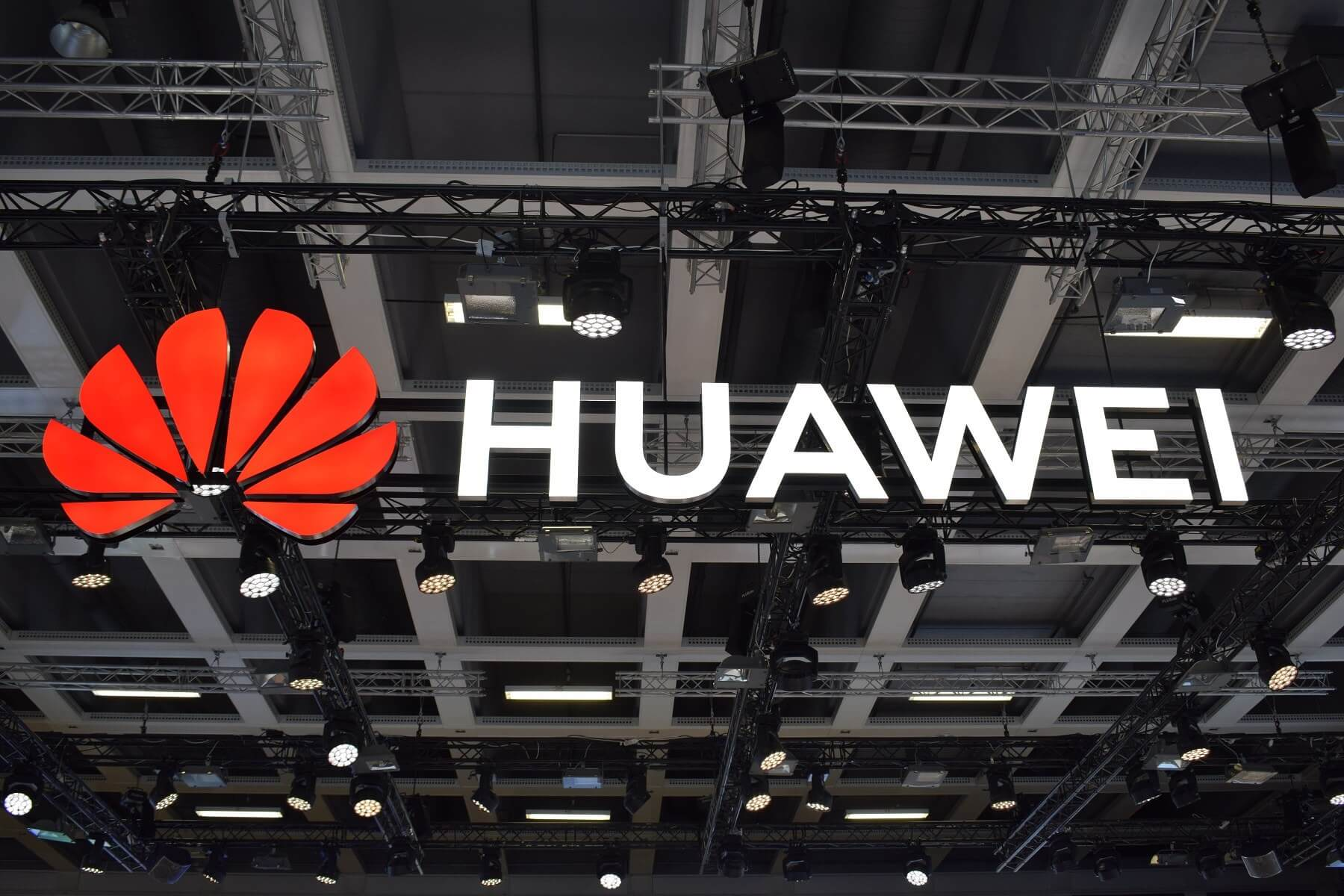 Two Huawei Employees Punished for Posting Company Tweet From iPhone