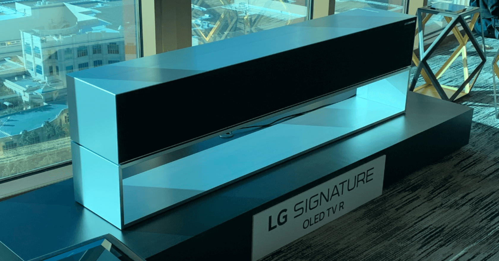 88179608e261 LG claims it provides the same image quality as their other non-rollable  OLED models. Until we can get a direct comparison though, we'll just have  to take ...