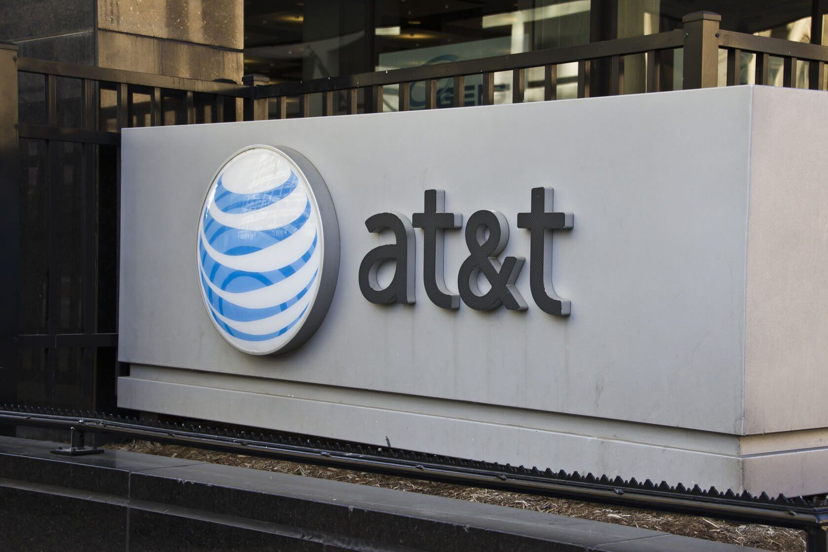 AT&T defends misleading