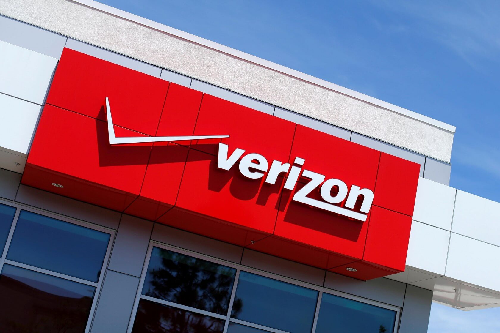 FCC grants Verizon permission to lock new phones to its network for