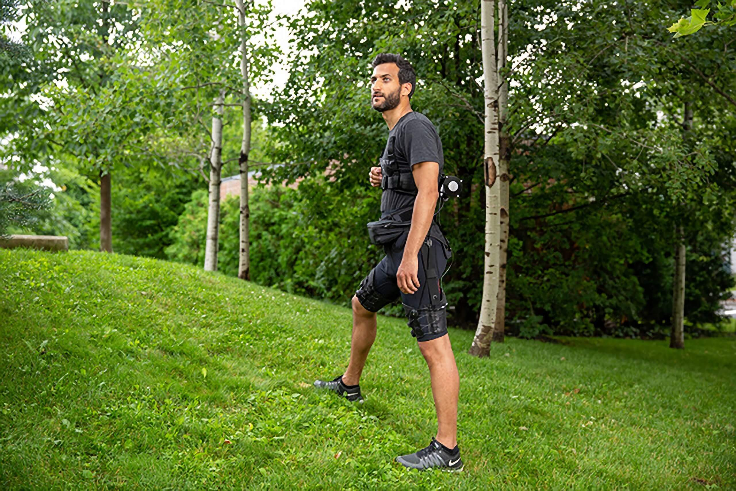 Tight-fitting and light exosuit aids walking and running through AI