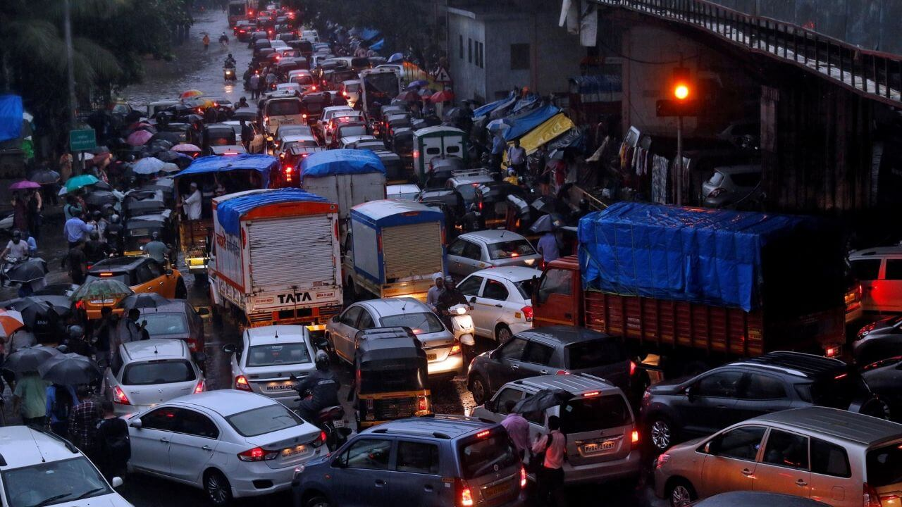 India tackles noise pollution with traffic lights that stay red if drivers continue to honk