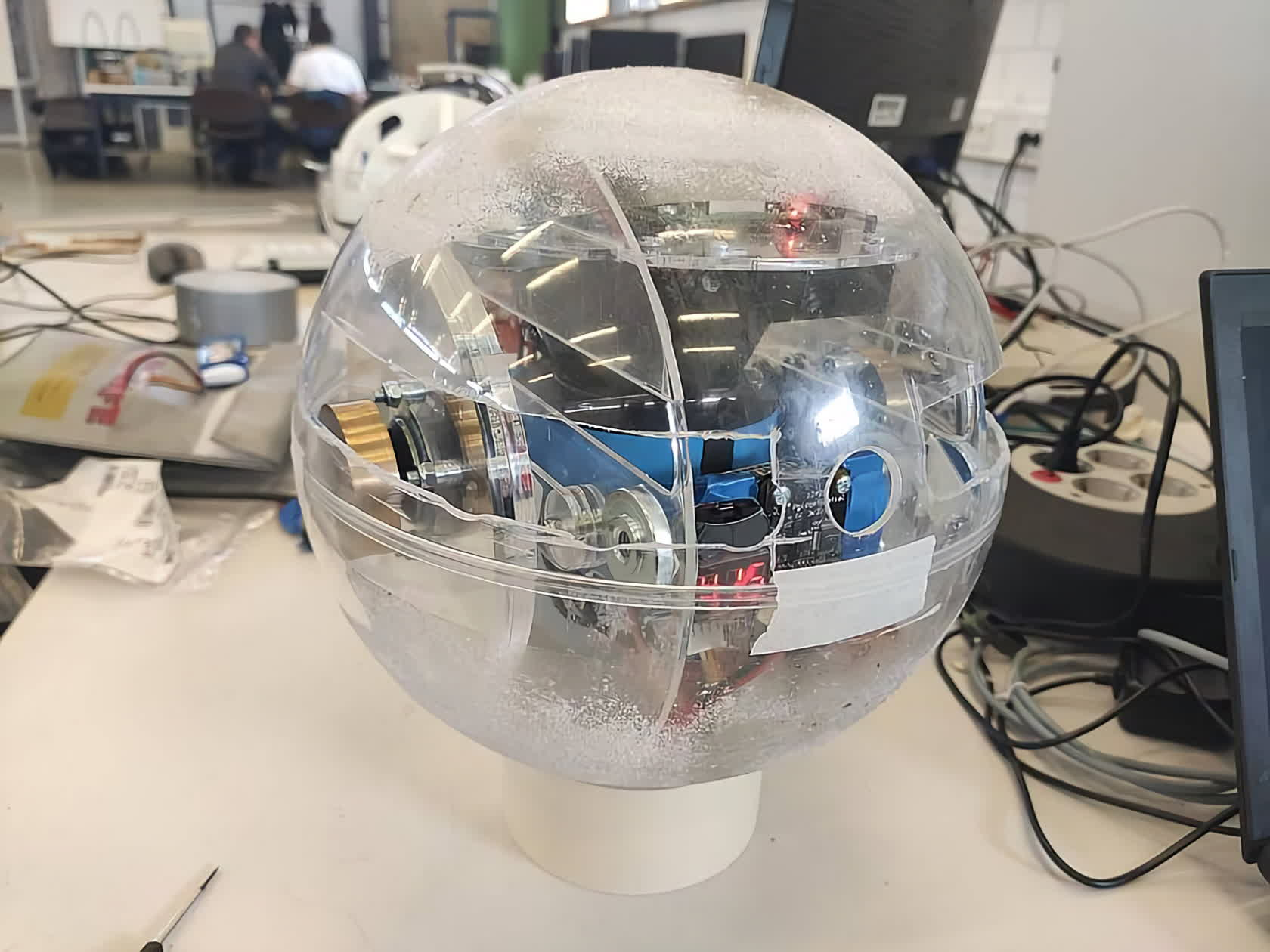 Researchers develop sphere-shaped robot for exploring underground on the Moon
