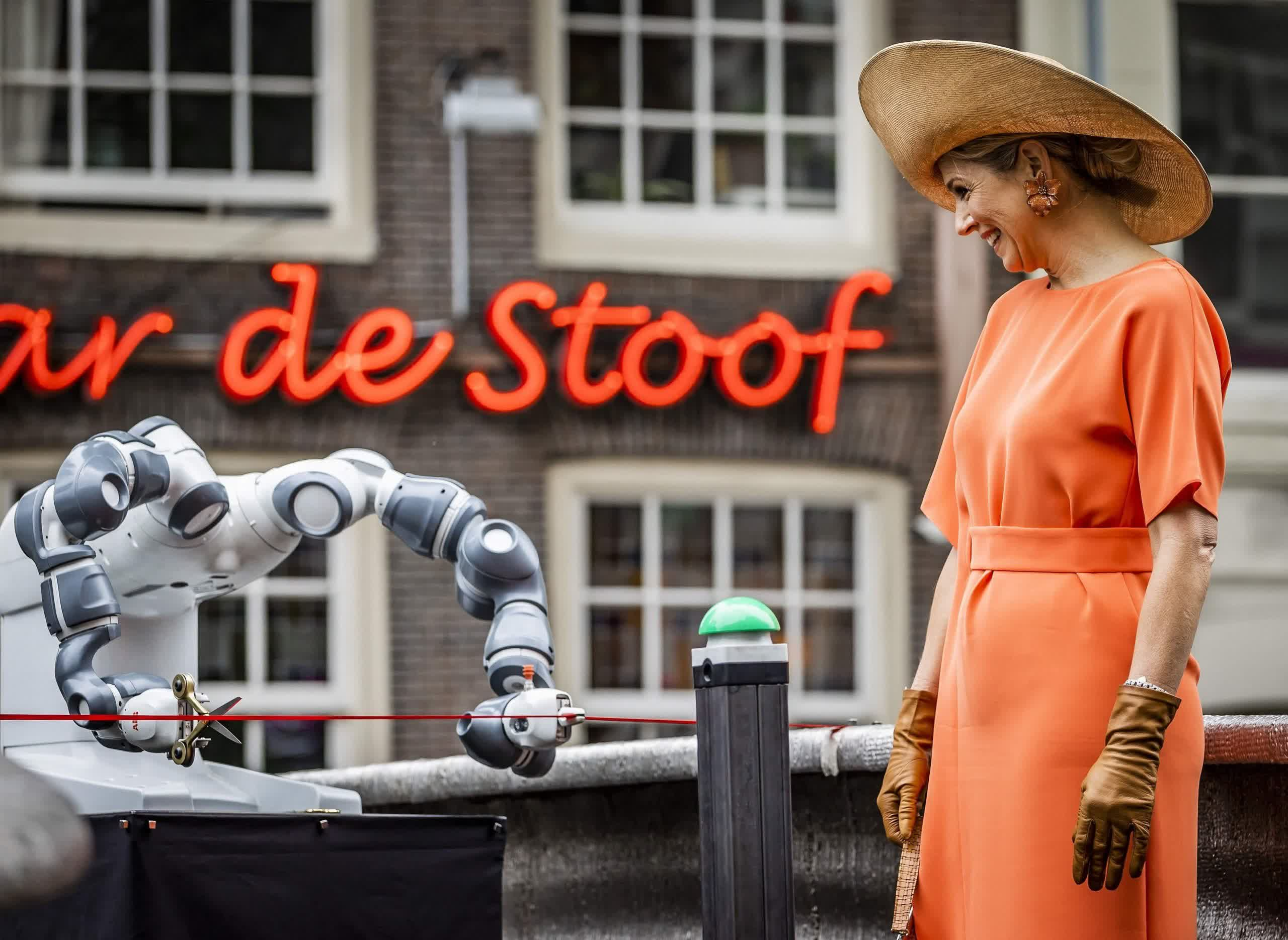 3D printed bridge in the red light district opened by Dutch Queen with robotic arm