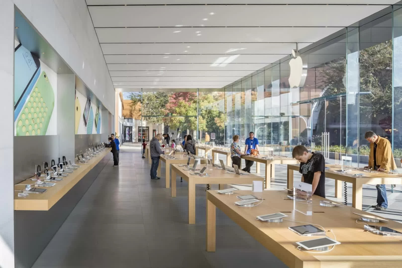 Apple to give $1,000 bonus to retail employees ahead of the launch of iPhone 13